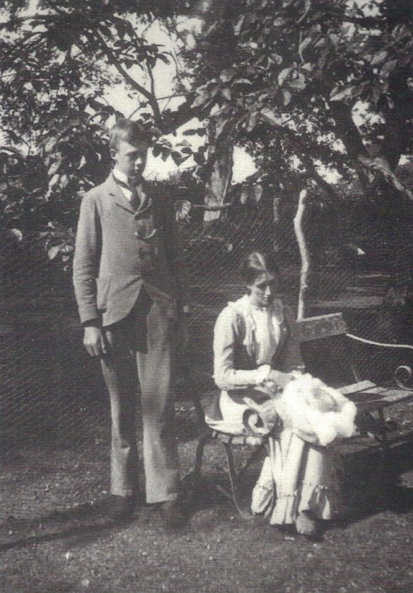 Virginia Woolf with her brother Adrian, 1900.